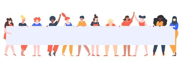 Ragazze che tengono bandiera. gruppo femminile con il cartello, manifestazione dei diritti delle donne, gruppo vario femminile che tiene l'illustrazione vuota del segno. rivolta contro, picchettismo femminista, dimostrazione pubblica