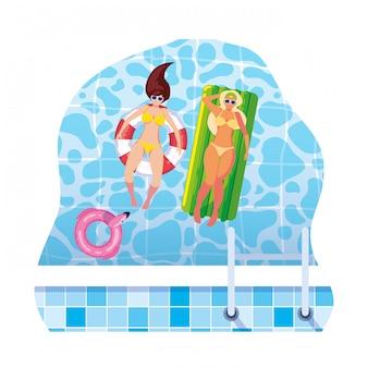 Ragazze con costume da bagno in bagnino e materasso galleggiano in acqua