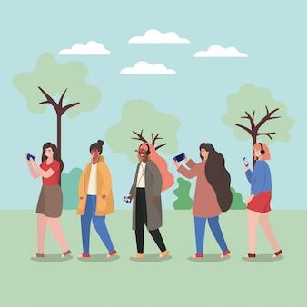 Ragazze con smartphone al parco