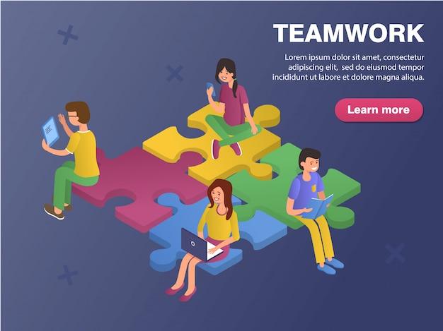 Ragazze e ragazzi lavorano insieme, siedono sui pezzi del puzzle