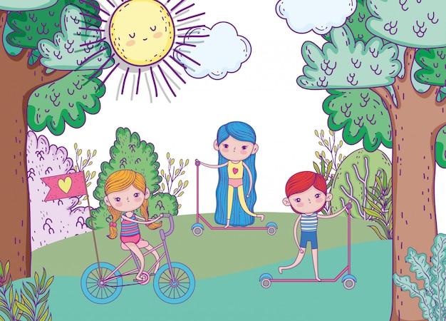 Ragazze e ragazzo che giocano e vanno in bicicletta e in scooter