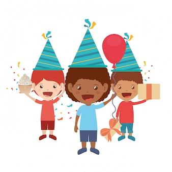 Ragazzi con cappello da festa in festa di compleanno