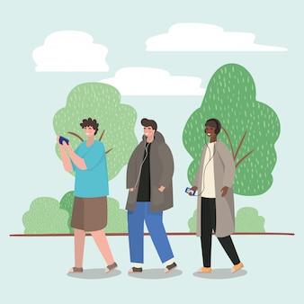 Ragazzi con smartphone al parco
