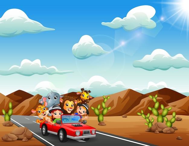 Ragazzi di cartone animato alla guida di un'auto rossa con animali selvatici