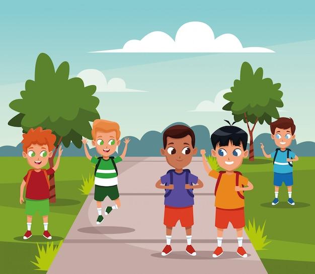 Ragazzi di scuola con cartoni animati zaini