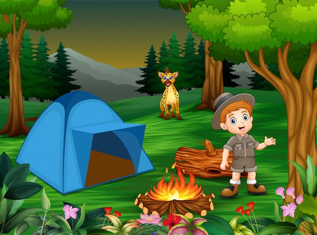 Ragazzi in tenuta da campeggio con una iena nel campeggio