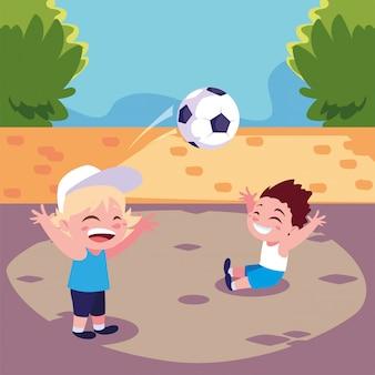 Ragazzi svegli che giocano a calcio all'aperto