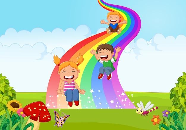 Ragazzini del fumetto che giocano a arcobaleno diapositiva nella giungla