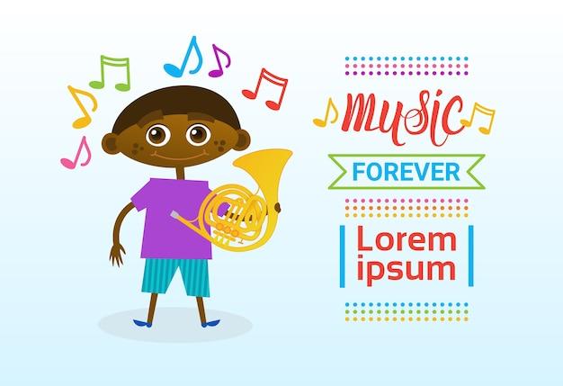 Ragazzo afroamericano che gioca strumento musicale a tromba