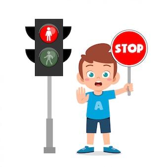 Ragazzo carino bambino felice con segnale stradale