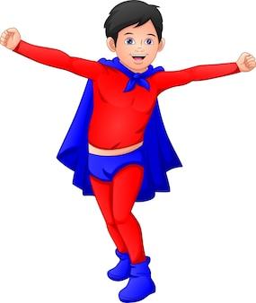 Ragazzo carino che indossa il costume da supereroe