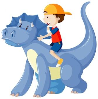 Ragazzo che guida sul personaggio dei cartoni animati del dinosauro isolato su fondo bianco