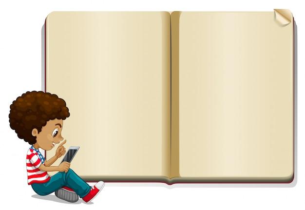 Ragazzo che legge libro e modello di libro bianco