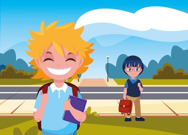 Ragazzo degli studenti con le borse nella via