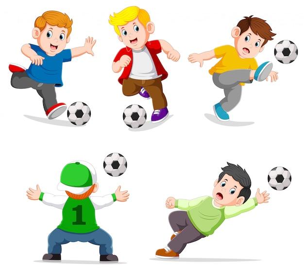 Ragazzo della raccolta che gioca a calcio con la posa differente