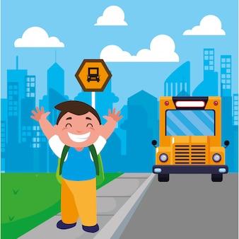 Ragazzo dello studente alla fermata dell'autobus con la città del fondo
