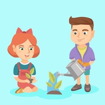 Ragazzo e ragazza caucasici che piantano un germoglio.