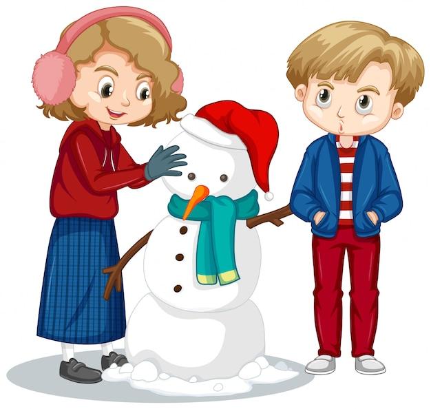 Ragazzo e ragazza che fanno pupazzo di neve sul bianco