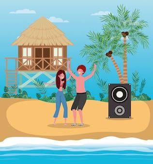 Ragazzo e ragazza con costumi da bagno che ballano sulla spiaggia
