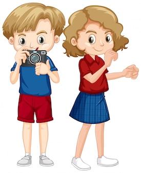 Ragazzo e ragazza con la macchina fotografica su fondo bianco