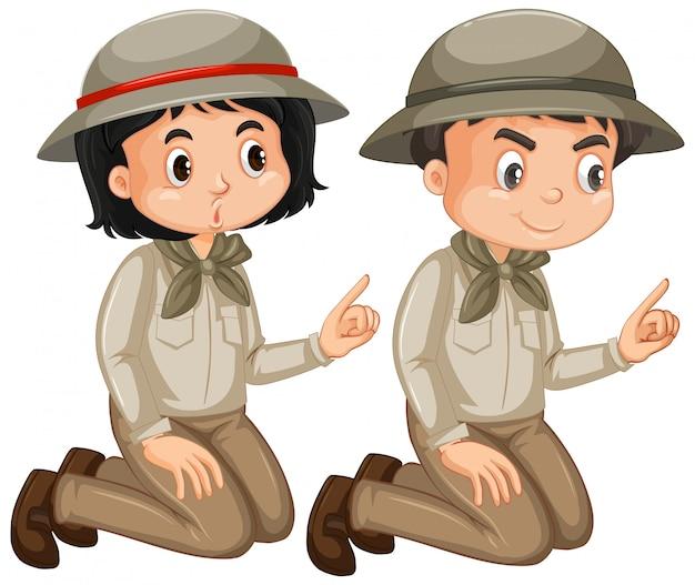Ragazzo e ragazza in attrezzatura di safari isolata