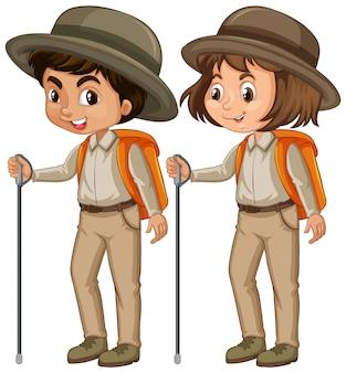 Ragazzo e ragazza in uniforme dell'esploratore su bianco