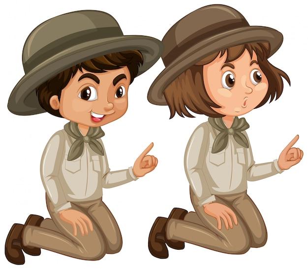 Ragazzo e ragazza in uniforme dell'esploratore su fondo bianco