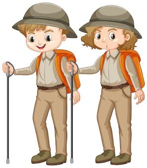 Ragazzo e ragazza in uniforme scout con bastone da passeggio