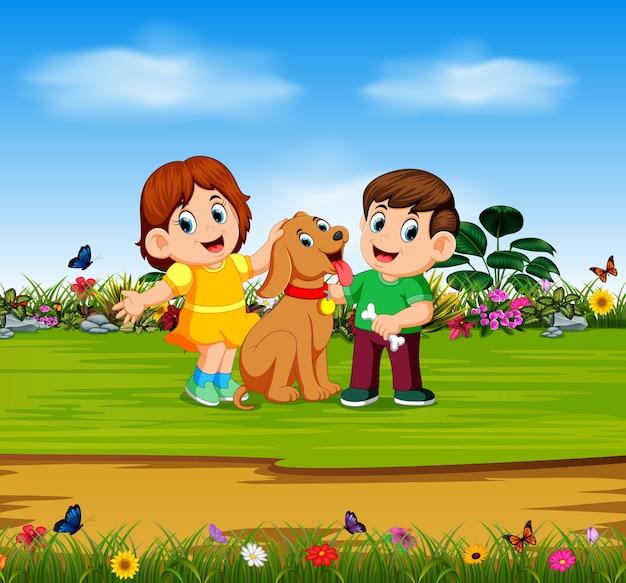 Ragazzo e ragazza stanno tenendo il loro cane