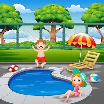 Ragazzo felice e ragazza che godono giocando nello stagno all'aperto