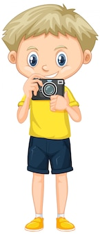 Ragazzo in camicia gialla con fotocamera digitale