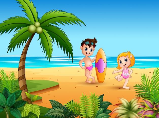 Ragazzo in costume da bagno che tiene una tavola da surf con la ragazza in spiaggia