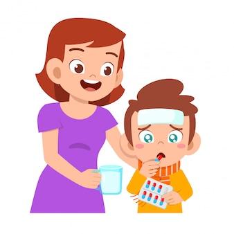 Ragazzo malato triste del bambino dato medicina dalla mamma