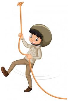 Ragazzo nella corda rampicante uniforme dell'esploratore su fondo bianco