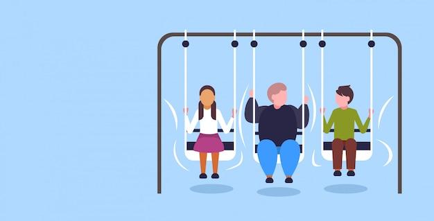 Ragazzo obeso grasso oscillante con il concetto di obesità amici sovrappeso uomo seduto sull'altalena divertendosi a piena lunghezza orizzontale