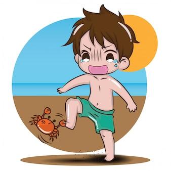 Ragazzo sveglio sul contenuto di estate della spiaggia.