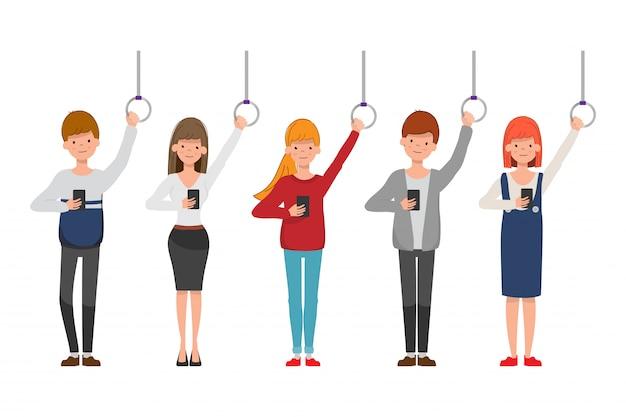 Raggruppa persone in metropolitana usando un telefono cellulare.