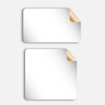 Realistici fogli di carta bianca, pezzi, nota adesivi con angolo dorato curvo.