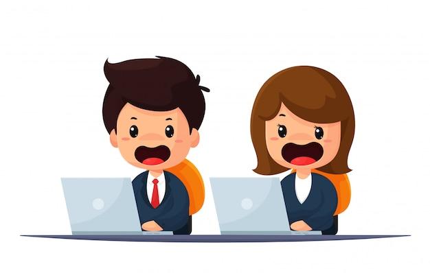 Receptionist maschio e femmina che si vestono educatamente.