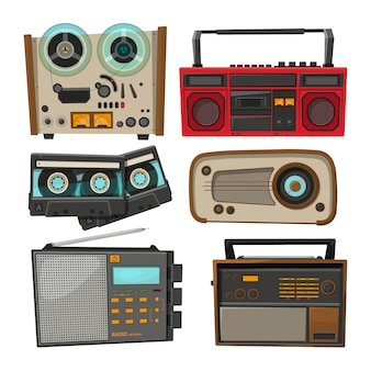 Registratori audio vintage isolati su bianco