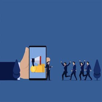 Responsabile aziendale in attesa che gli amici si uniscano alla metafora del rinvio.