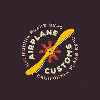 Retro etichetta della dogana dell'aeroplano o modello di logo. airscrew aereo d'epoca con cerchio tipografia e trama squallida. su sfondo scuro