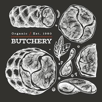 Retro illustrazione della carne di vettore sul bordo di gesso. prosciutto disegnato a mano, fette di prosciutto, spezie ed erbe aromatiche. ingredienti alimentari crudi. schizzo d'epoca