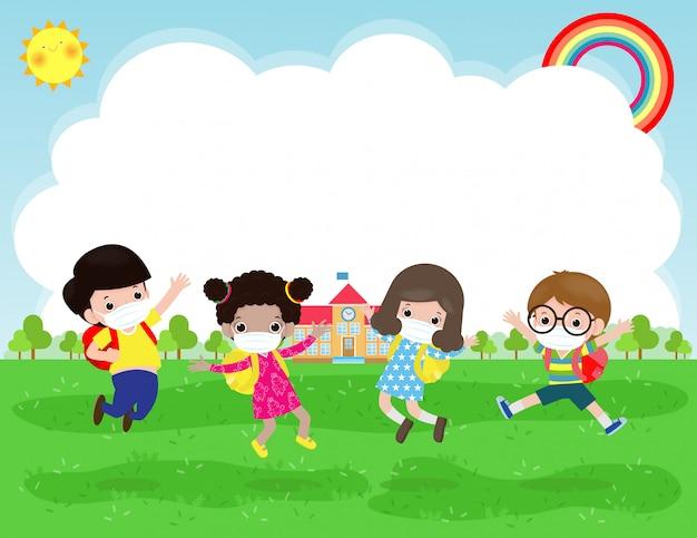 Ritorno a scuola per un nuovo concetto di stile di vita normale. felice gruppo di bambini che indossano la maschera facciale e sociale di protezione coronavirus covid-19 saltando sul prato a scuola in giornata estiva isolato su sfondo
