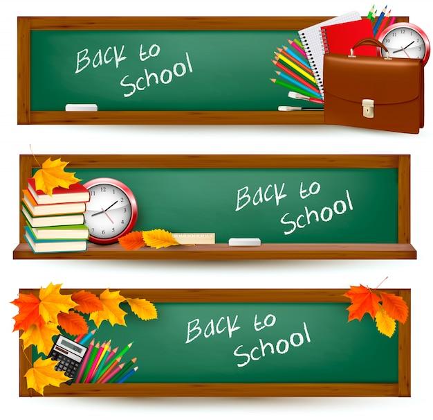 Ritorno a scuola. tre striscioni con materiale scolastico e foglie d'autunno. .