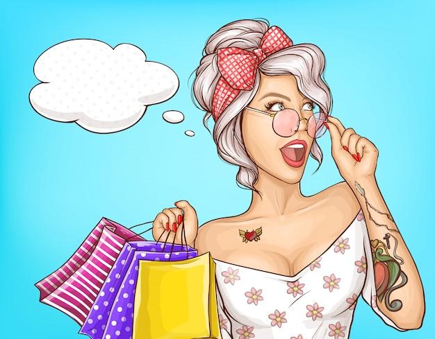 Ritratto della donna di modo con l'illustrazione dei sacchetti della spesa