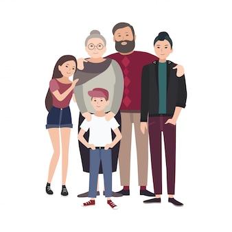 Ritratto di famiglia felice. sorridente nonno, nonna e nipoti adolescenti che stanno insieme isolati su bianco