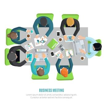 Riunione d'affari e concetto di discussione di gruppo con uomini e donne al tavolo da ufficio quadrato