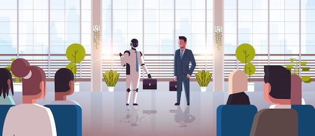 Robot e uomini d'affari umani che discutono durante l'incontro della conferenza con le persone di affari carattere robotico contro l'uomo in piedi insieme concetto di tecnologia di intelligenza artificiale orizzontale piena lunghezza