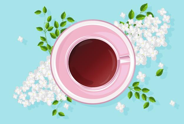 Rosa tazza di tè con fiori lilla bianchi e foglie verdi